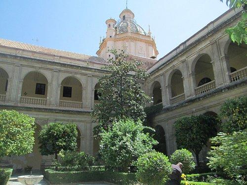 Foto del claustro del convento, desde donde se ve la cúpula de la Iglesia de Santo Domingo.
