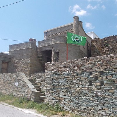 The museum's building with the flag of Traveler's Choice Award