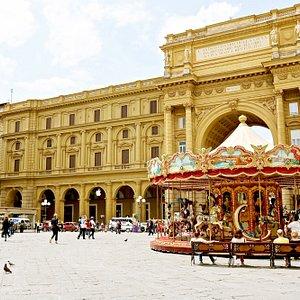 Piazza della Repubblica in Florence, Italy - Photo: DeCiccophoto.com