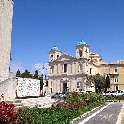 Duomo di San Leoluca con antistante monumento a Luigi Razza