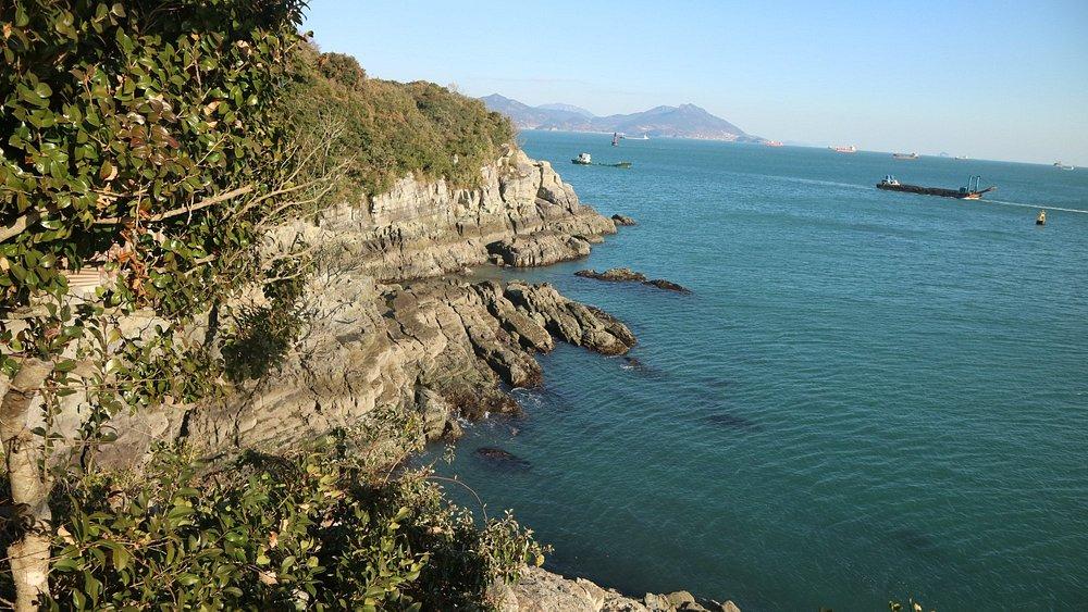 pemandangan laut dari atas bukit pulau