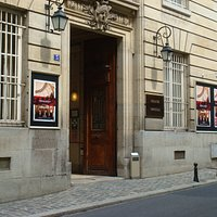Главный вход в театр Империал с улицы rue Othenin.