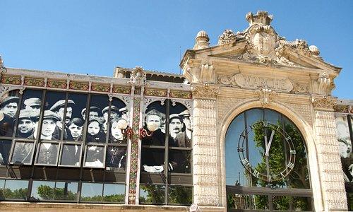 L'horloge : Entrée principale des Halles de Narbonne par le Cours Mirabeau