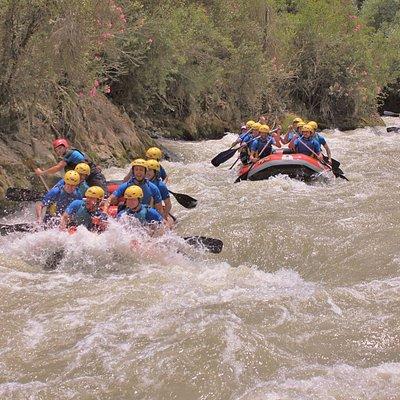 Tres balsas descendiendo el río Genil a su paso en Benamejí (Centro de Andalucía)