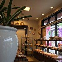 店内、イートインスペースからの眺め
