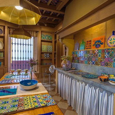 Los diseños están inspirados en la azulejería y cerámica sevillana a partir del siglo XVI.