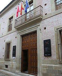 fachada y puerta de acceso al museo