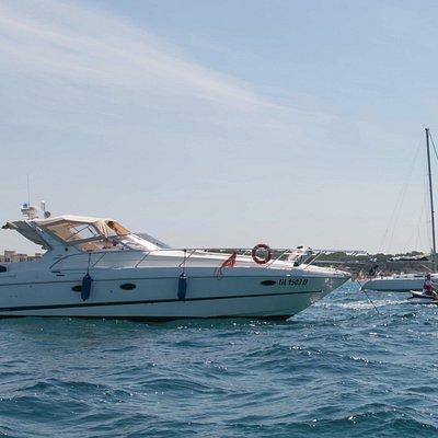 In primo piano M/Y Calypso, moto d'acqua Raylight e S/Y Nausika