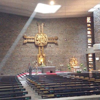 Anbetungskirche. Mit dem Grab (Steinsarkopharg) des Gründers Pater Kentenich.