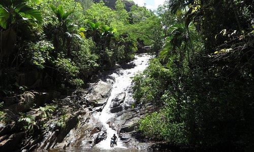 Gesamtblick zum Wasserfall