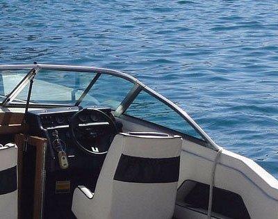 Modello di barca a noleggio con patente