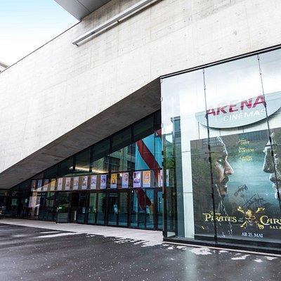 Eingang ARENA Cinemas von Kalanderplatz gesehen