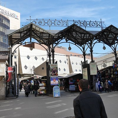 Spasskaya駅からモスコフスキー通りに沿って、歩いて五分のところにあるマーケットです。食料品から、雑貨、衣服までいろいろな店があります。隣には大きなビルの中にいろいろなショップが入ってい
