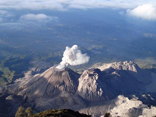 Volcán Santiaguito desde el mirador de Santa Maria