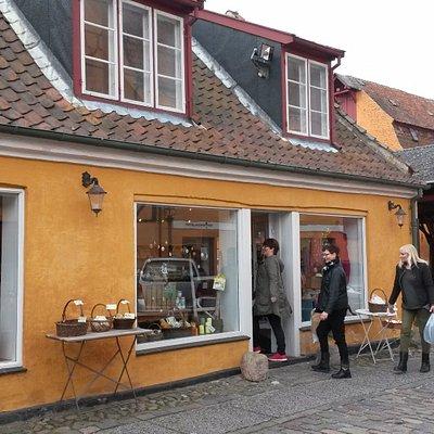 Butikken ligger i Oluf I. Jensens Gaard, som er en af Køges smukkeste og bedst bevarede bygårde.