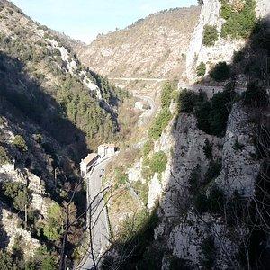 La Gola del Bottaccione e la passeggiata dell'acquedotto sulla destra