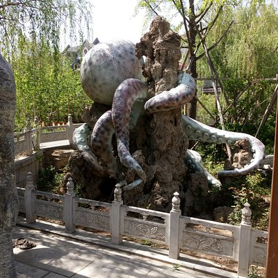 Huge sculptures decorate the outside hot tub area