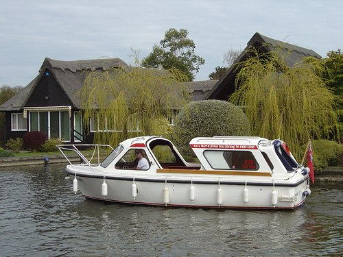 Our picnic boats are equipped with toilet facilities, satellite navigation and hard sliding roof