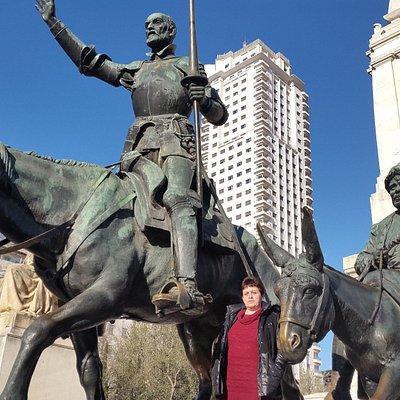 Вот они герои Сервантеса. Площадь Испании