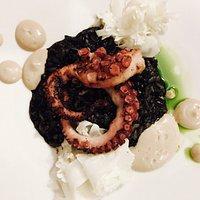 Grillowana ośmiornica na czarnym ryżu z puree kalafiorowym - daje radę.