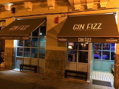 Gin Fizz Cocktail Bar. Coctelería clásica y de autor. Local agradable con cómodos sofás donde po