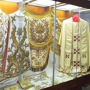 Sala de casullas de arzobispos. Casulla del Papa Juan Pablo Segundo en Bolivia