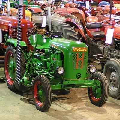 Suomen laajin vanhojen ja entisöityjen  traktoreiden yksityiskokoelma