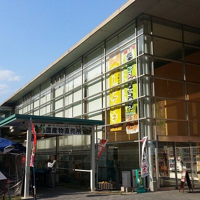 左の建物では農産物を販売しています。