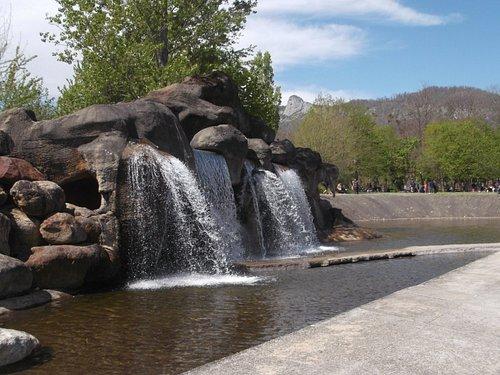 cascade d'eau prés de l'entrée (possibilité de passer dessous)