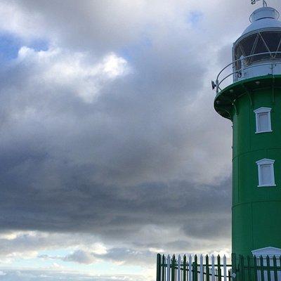 緑色の小さな灯台