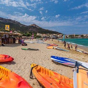 Centre d'activités nautiques : kayak, voile, stand up paddle, bouées tractées, jet ski