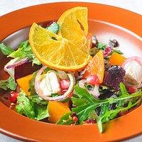 Салат с печеной тыквой, свеклой и рукколой