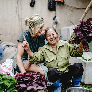 Cooking in Hanoi - sell vegetable with local