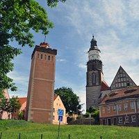 Roter Turm (links) mit Hauptkirche St. Marien (rechts)