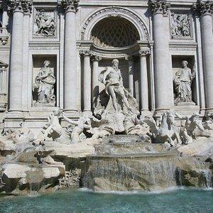 Roma, Fontana di Trevi: centinaia di turisti ogni giorno ammirano questa immagine!