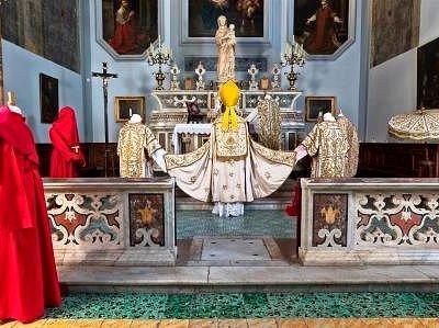 Chiesa di Santa Maria Materdomini, sec. XVI. Altare e mostra di arredi sacri