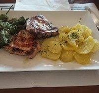 Sitio totalmente recomendable, buen menú a 10€, comida sabrosa y buenas tapas. El personal muy a