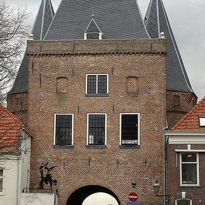 De Koornmarktspoort, grenzend aan de Koornmarkt, in Kampen