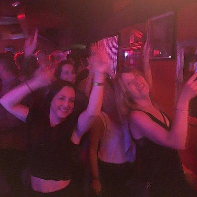 Increíble bar y ambiente, con música rock de los 80-90 e indie. Para bailar sin agobios y sin mú