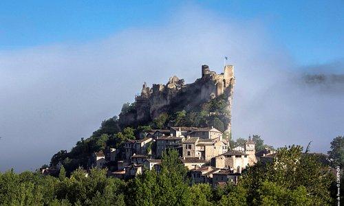 Vue d'ensemble du château et du village de Penne