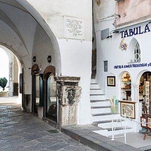 Tabula si trova in un piccolo angolo all'ingresso della città di Amalfi.