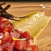 Tartar de atún rojo, puré de aguacate y tomate concasé