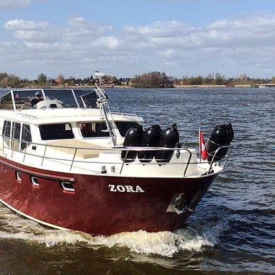 Mit dem Charterboot 'pflügt' man durch Seen und Kanäle. Urlaub auf dem Wasser ist ein tolles und