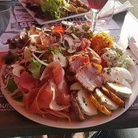 C'est la plus grosse salade qu'il propose, elle est parfaite avec un bon mariage des saveurs.