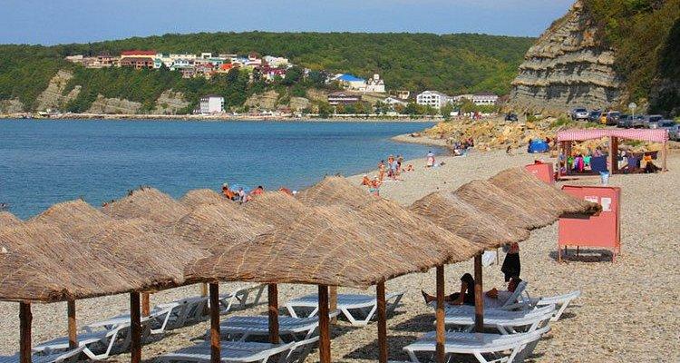 Собственный пляж на территории турбазы Приморская