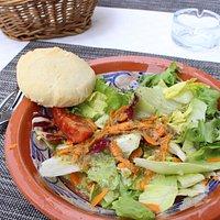 前菜のサラダと温かいパン
