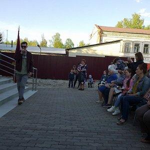 Идёт концерт перед зданием музея г. Бирск, 20 мая 2017 г.