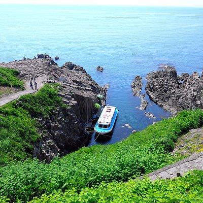観光船。下まで歩く道のりは、結構急。