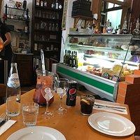 Eine Platte mit den typisch portugiesische Spezialitäten, einer Dessertauswahl und einer sehr gu