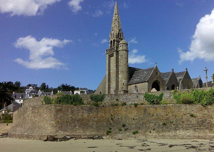 Eglise en bord de mer, vue de la plage